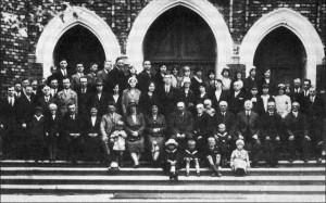 młodzież z przełożonymi zboru w 1928r